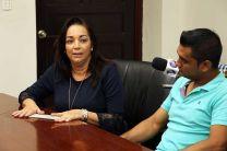 Un cheque como prima de la poliza de la estudiante Rosaira Lorenzo fue entregado a sus padres.