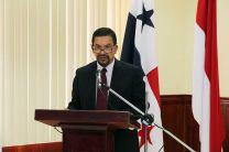 En representación del señor rector, Ing. Héctor M. Montemayor, estuvo el  Dr. Tejedor.