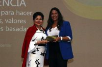La Rectora Encargada de la UTP, Lic. Alma Urriola de Muñóz, entregó a la expositora Yaravi Cardoze, una placa de reconocimiento por su participación.