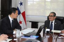 El Ing. Héctor M. Montemayor Á., conversa con el empresario Xuebing Liu.