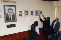 La fotografía de la Ing. Ángela Laguna, fue colocada en la galería de decanos de la FIC.