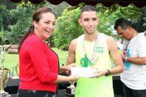 Ganador de la Maratón de Aniversario UTP, Francisco Gutiérrez, recibe premiación de la Ing. Vivian Valenzuela.