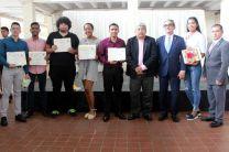 Estudiantes ganadores a Puesto Distinguido posan con su certificado junto a autoridades de la UTP.