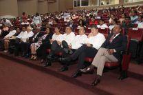 Autoridades, directivos y administrativos participaron en la entrega de pines a colaboradores.
