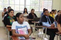 Mucha atención de los estudiantes a las personas que hicieron uso de la palabra durante la clausura.