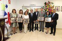 Los Exvicerrectores y familiares, recibieron de los organizadores un cuadro conmemorativo del evento.
