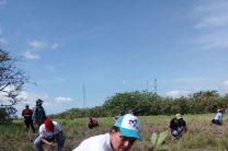Profesora Ing. Icela Marqués y estudiantes de Saneamiento y Ambiente de Coclé (Siembra de árboles)