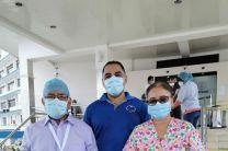 El coordinador de la FISC, Juan Saldaña etregando caretas al personal médico del Hospital Regional Dr. Rafael Hernández.