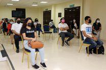 Estudiantes y autoridades participan de la donación.