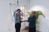 Estudiante Susana Bernal recibe certificado de participación de manos de la Licda. Cruzana Varela, Directora Encargada del Centro Regional de Coclé.