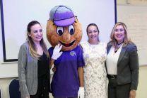 La Expositora del Taller, la Ing. Vivian Velenzuela y representante de Fundación ASSA, Graciela, junto a la mascota de la UTP Utepito.