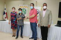 Autoridades de la UTP y de la Empresa SIGNIFY entrega laptos a estudiantes.