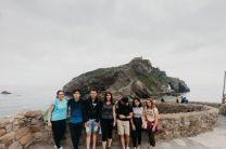 Visita de jóvenes del Programa, a San Juan de Gaztelugatxe, Vizacaya, España. De izquierda a derecha se mencionan las nacionalidades, Turquía, Panamá, Turquía, Turquía, Arabia Saudita, Eslovenia, Eslovenia.