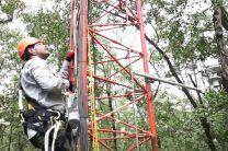 Ing. Jaime González del CIHH subiendo la torre del manglar