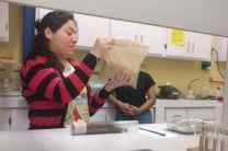 Explicación del manejo de muestras en el laboratorio.