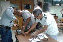 Docentes de la FIM durante su entrenamiento en el uso de los nuevos equipos.
