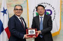 El Rector Montemayor recibió un obsequio por parte del Vicerrector de CSU, Chen Chunyan.
