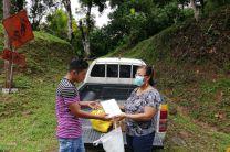Juan Mendoza recibiendo Tablet, víveres y demás.