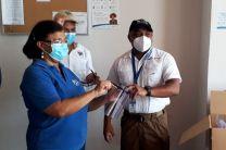 Ing. Yaneth Gutiérrez entrega viseras al Dr. Mario Lozada, Director Regional de Salud.