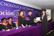 Ing. Héctor Montemayor, entrega diploma.