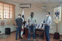 El Director del Centro Regional entrega viseras a personal del Cuerpo de Bomberos.