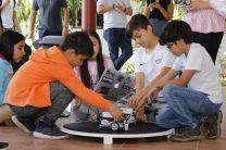 Niños aprenden robótica educativa.