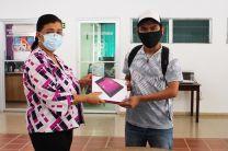 Ing. Yaneth Gutiérrez entrega a Tablet a estudiante.