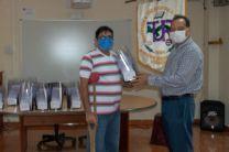 Personal del MINSA en Veraguas recibe las viseras de mano del Director del Centro Regional de Veraguas.