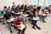 Estudiantes realizan la prueba de admisión.