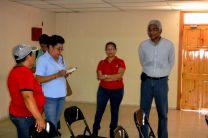 Colaboradores del Centro, durante la entrega de materiales.
