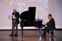 El Dr. Humberto Castillo (Saxofón) y el Ing. Dorindo Cárdenas (Piano).