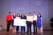 Estudiantes de la UP, junto a profesor asesor, reciben su premio.