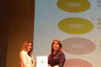 Entrega de reconocimiento a la Ing. Bertina Herrera de la Empresa Global Certification.