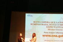 Entrega de reconocimiento a la Ing. Cecibel Torres del Ministerio de Comercio e Industrias.