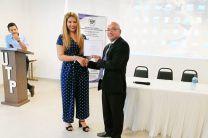 Licda. Raquel Guevara entrega certificado a Ing. Anibal Fossatti