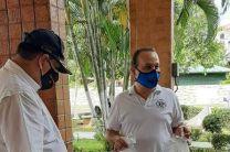 El Licdo. Abdiel Saavedra entregando las máscaras transparentes.