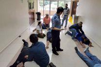 Práctica de primeros auxilios entre los participantes de la capacitación.