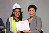 Victoria Estrada recibe certificado de culminación de la Cátedra CEMEX 2019.