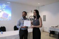 Entrega de certificado al PhD. Rodney Delgado, Coordinador de Investigación del Centro Regional de Coclé