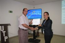 Entrega de certificado a la Ing. Ileana Velásquez.