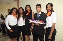 Estudiantes reciben reconocimiento.