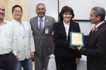 Entrega de Premio a la Dra. Eliane de Cabrera.