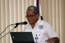Prof. Román Lorenzo se dirige a los estudiantes.