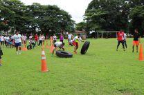 Estudiantes compiten en circuito de obstáculos.