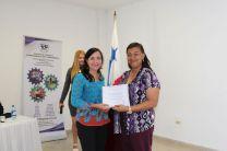 Ing. Yaneth Gutiérrez entrega certificado a Licenciada Katia Serracín.