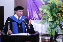 Rector Dr. Oscar Ramírez  felicita a los graduandos.