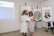 Hermana Donatila González Entrega Certificado de Reconocimiento a Ing. María Yahaira Tejedor M. Asesora del Proyecto.