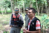 Grupo de personas en las hectáreas reforestadas.