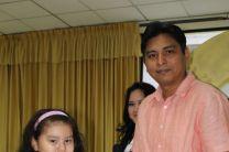Estudiante recibe Certificado de participación del curso de Matemáticas.