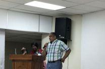 Director del Centro Regional de UTP Colón, Ing. Policarpio Delgado M., entrega certificados a los participantes del English Summer Course y el Show de talentos.